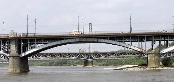 Z mostu Łazienkowskiego spadają kamienie do Wisły