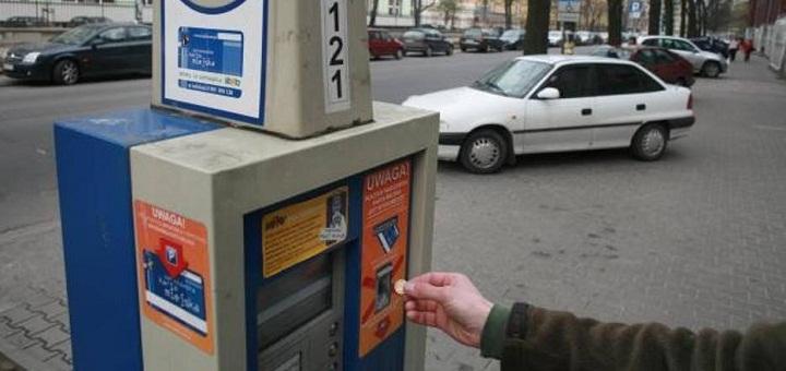 Parkowanie w Warszawie opłacamy gotówką, kartą oraz mobilnie